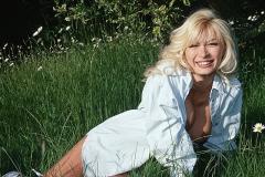 ein reifes blondes Lächeln verschönert den Tag